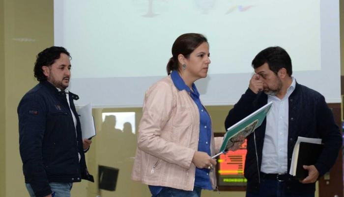 Rueda de prensa con el ministro de Justicia, Paúl Granja (i), secretario de Comunicación, Andrés Michelena (c);  y la ministra del Interior, María Paula Romo (d).