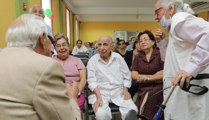 Conversación. Luego de la charla, algunos asistentes rodearon a Isidro Soriano (centro) para hablar con él.