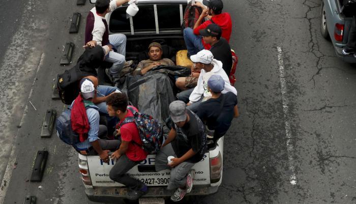 Migrantes hondureños se transportan en camionetas, con la ayuda de ciudadanos guatemaltecos, hacia el departamento de Escuintla para acercarse a la frontera con México.