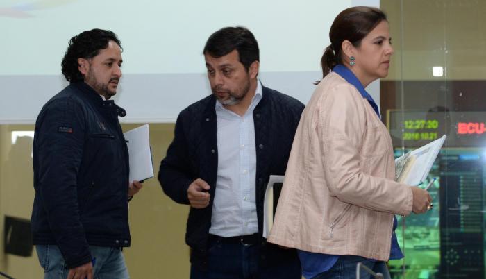 Gobierno. Andrés Michelena, Paúl Granda y María Paula Romo tuvieron un retraso en su diálogo con los medios.