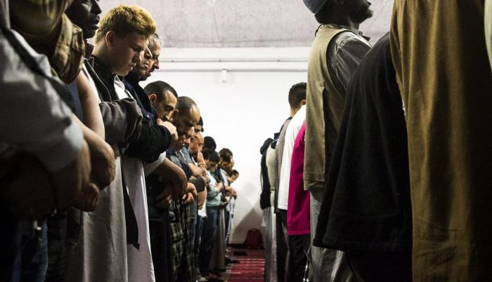 Credos. Musulmanes en oración en una mezquita en París.