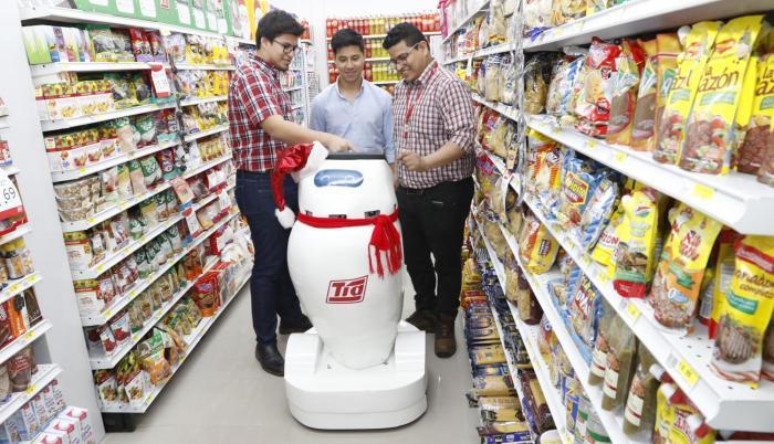 Los tres ingenieros que crearon a Lucía, la robot que mantiene ordenadas las perchas del supermercado, trabajan en otro que atienda y hable con los clientes.