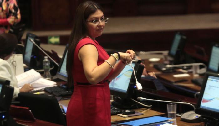 El 13 de noviembre pasado, el Pleno de la Asamblea Nacional destituyó a Espín con 94 votos afirmativos, 31 negativos y tres abstenciones.