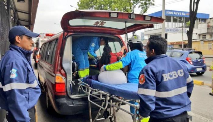 Paramédicos del Cuerpo de Bomberos de Guayaquil atendieron a las personas afectadas en la avenida 25 de Julio.