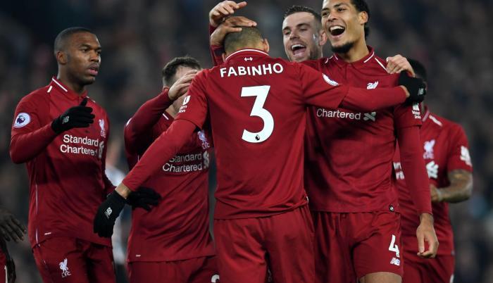 El brasileño Fabinho es felicitado por sus compañeros tras marcar el 4-0 para su club.
