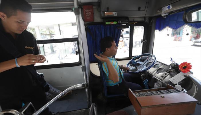 Recorrido. Marcos Castro conduce uno de los 30 buses de la línea 107, que cubre una de las rutas más peligrosas de la ciudad.
