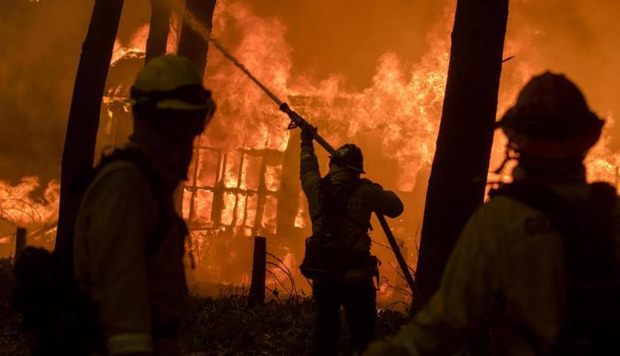 Miles de bomberos luchan contra incendios en California y aumentan las víctimas