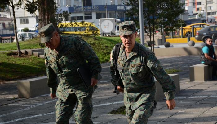Cinco oficiales fueron citados ayer, desde las 09:00, a dar una versión sin juramento en la Fiscalía, dentro de la instrucción fiscal por presunto tráfico ilícito de armas y municiones. El 17 de octubre fueron detenidos siete militares y seis civiles en o