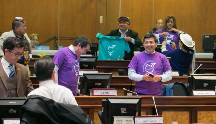 Algarabía. El reparto de camisetas por el Día de la No Violencia Contra la Mujer relajó los ánimos en el Pleno. La mayoría aprovechó para los selfis.