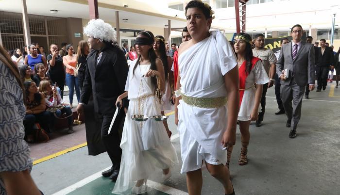 Desfile. Profesores y estudiantes vistieron atuendos que representaban el área de acción de cada carrera.