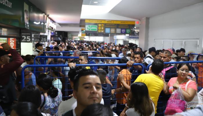 Demanda. Desde la madrugada de ayer, las ventanillas que ofrecen boletos con destino a Manabí permanecieron abarrotadas de usuarios.