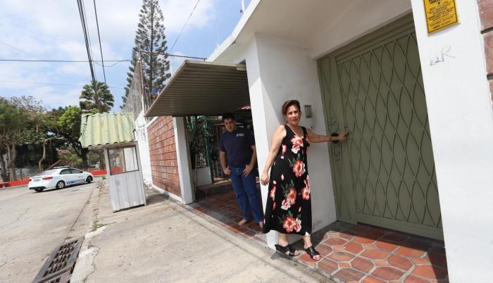 Seguridad. Luz Marina ha tenido que colocar tres seguros más a la puerta de entrada de su vivienda.