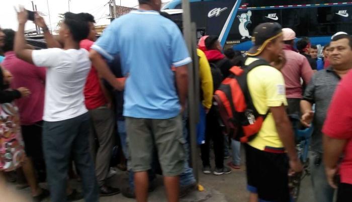 Moradores rodearon al bus de la cooperativa Señor de los Milagros, involucrado en el accidente.