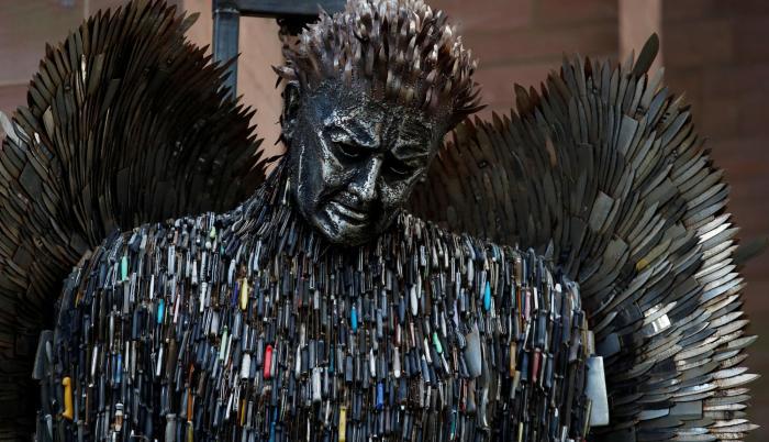 Según recoge Infobae, Alfie y su equipo debieron limpiar los cuchillos y quitarles filo antes de ser soldados a la estatua.