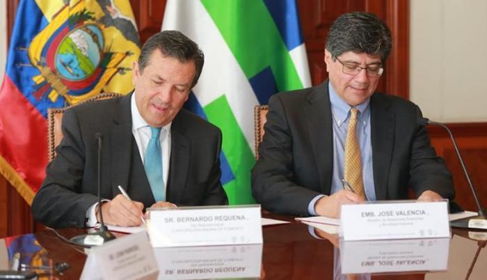En la ceremonia participaron el ministro José Valencia y el representante de la CAF en Ecuador, Bernardo Requena, entre otros altos funcionarios.
