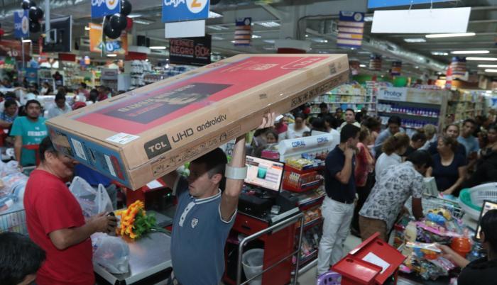 Guayaquil. Los supermercados de la ciudad abrieron desde temprano y lucieron llenos de clientes todo el día, allí compraron de todo.