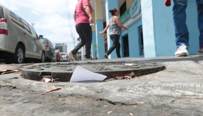 Tapas a medio levantar son comunes de encontrar en el centro de Guayaquil. Se trata de la señal de que allí hubo un atraco de cables.