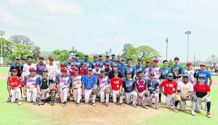 Beisbolistas de entre 14 y 18 años realizaron las pruebas el sábado pasado. En la foto junto a los organizadores y el scout Eric Jordan.
