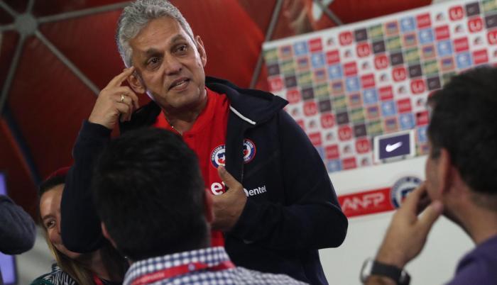 Contundente. El entrenador colombiano explicó a periodistas con vídeos y fotos por qué convoca a jugadores no tan reconocidos por el medio. Ha sido criticado en Chile por eso.