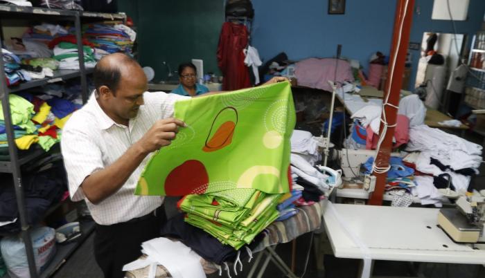 Uniformes.  Fundó un centro de costura para proporcionar gratuitamente los uniformes a los niños de sus colegios. En el lugar trabajan mujeres del sector.