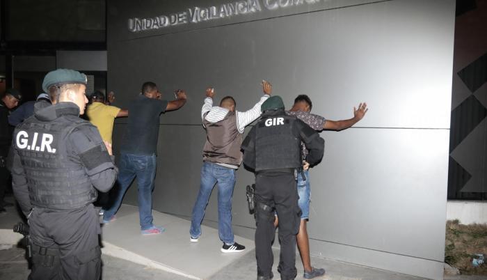 Diligencia. Personal del GIR realizó una requisa a las personas que llegaron para presenciar la audiencia de formulación de cargos, en Esmeraldas.