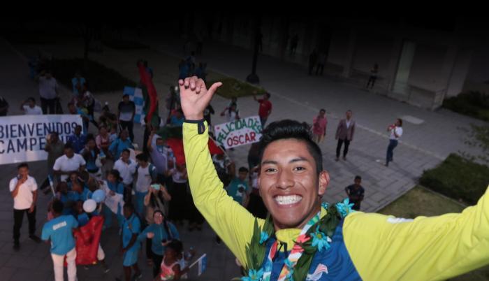 Recibimiento. Óscar Patín llegó el viernes al país y fue homenajeado por decenas de personas y familiares que acudieron con carteles y arengas dedicadas al campeón olímpico en los 5.000 metros marcha, en Buenos Aires.