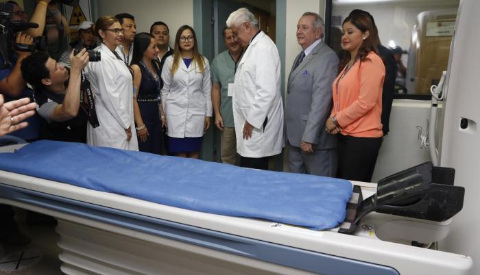 Recorrido. Autoridades de Salud y de la Universidad 'Estatal' estuvieron en el área de imagen del hospital.