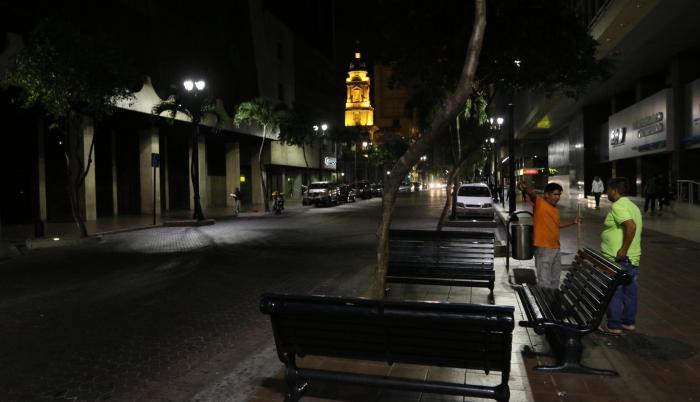 Desolación. Durante la noche la avenida 9 de Octubre, como el resto de calles que forman el centro de la urbe, es poco concurrida.
