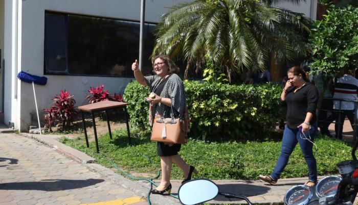 Acción. Gulnara Borja, vicerrectora de Investigación, mantiene controlado el edificio del rectorado.
