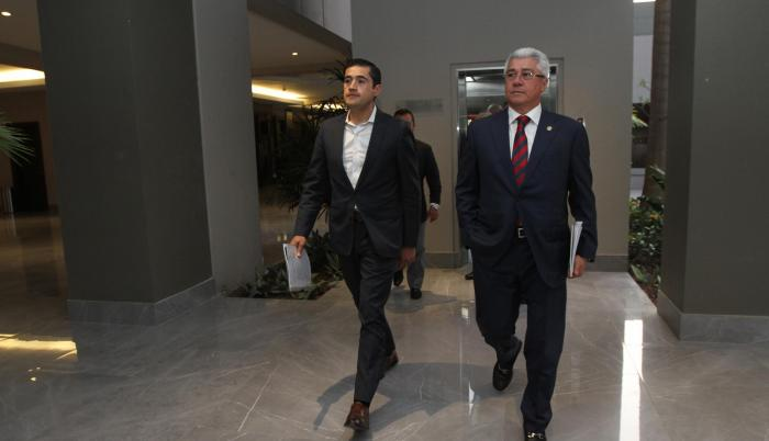 Acto. Richard Martínez, ministro de Economía (i) y Eduardo Jurado (d), secretario de Presidencia, ayer en la UEES.