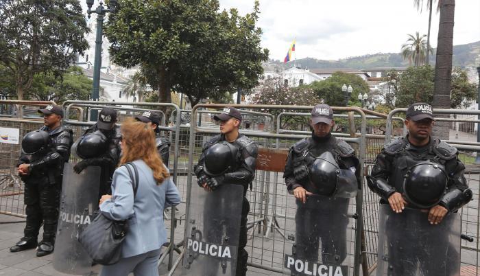 Sorpresa. Algunos ciudadanos que llegaron a apoyar al Gobierno y otros a protestar en su contra se encontraron ayer con un cerco policial que resguardaba la Plaza de la Independencia.