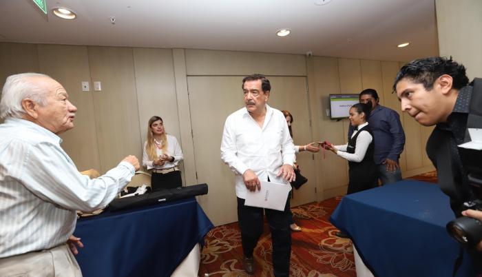 En el hotel Radisson, el alcalde Jaime Nebot se reunió ayer con los directivos de las clínicas, a puerta cerrada, pero trascendió que el motivo principal fue exponer la crisis financiera acarreada por la abultada deuda.