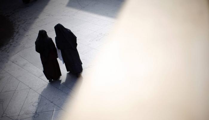 Oficio. Dos monjas salen de misa de la catedral de Los Ángeles, donde fue afectada la escuela St.James.