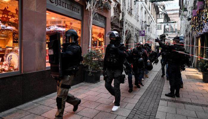 La policía sigue buscándole y este miércoles detuvo a cuatro personas cercanas a él, indicó el fiscal antiterrorista Rémy Heitz, que dio un balance de dos personas muertas y una tercera en estado de muerte cerebral.