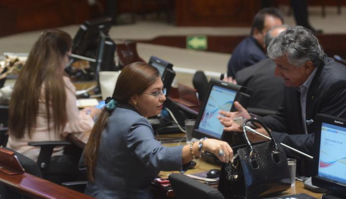 Correístas. La asambleísta Sofía Espín (centro) había anunciado su presencia en la reunión del CAL. Al final, ella no compareció.
