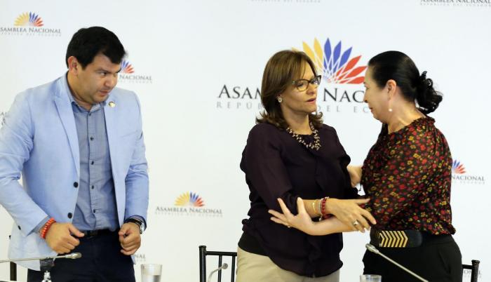 Conclusión. César Litardo, presidente de la Comisión, observa el abrazo entre Elizabeth Cabezas y Patricia Ochoa, la viuda del general Jorge Gabela.