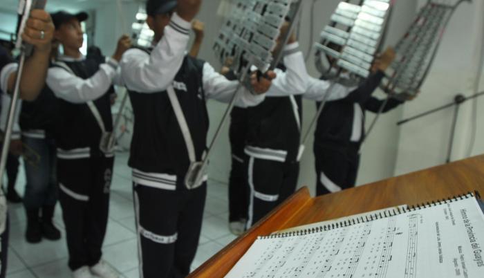 Ensayo. Con la partitura del Himno a la Provincia del Guayas, alumnos de la banda de música del colegio Altamar ensayan para los actos de hoy.