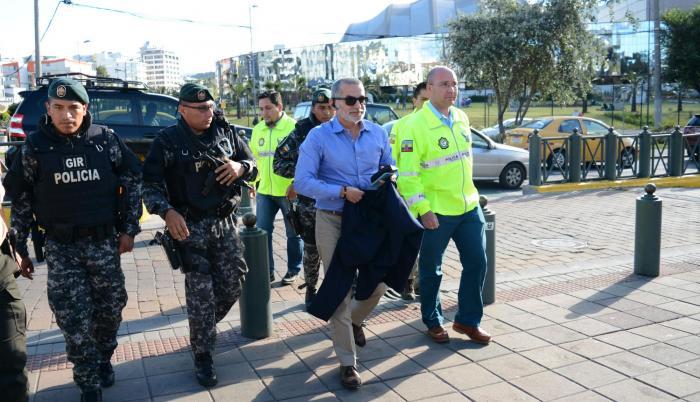 La Fiscalía había ordenado tres medidas cautelares en su contra, una de ellas era la prohibición de salida del país.