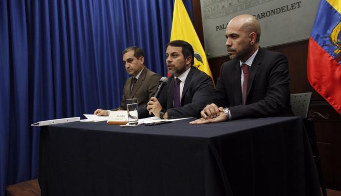 La renuncia de Granda ocurre días después de la fuga del exsecretario de Comunicación, Fernando Alvarado, del país, pese a que portaba un dispositivo de vigilancia electrónica.