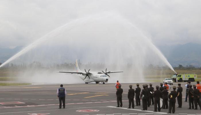 Homenaje. Así recibió el aeropuerto de Quito al bimotor de caza de las Fuerzas Armadas que trajo desde Cali los restos de los miembros del equipo periodístico de diario El Comercio.