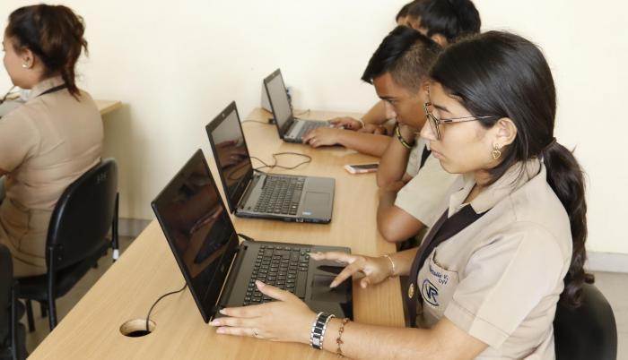 Inscripciones. Varios alumnos del colegio Vicente Rocafuerte se inscriben para rendir la prueba Ser Bachiller.