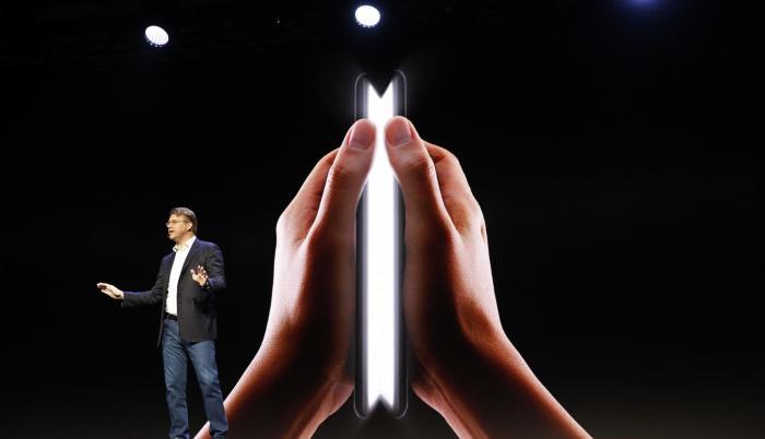 Justin Denison fue el encargado de presentar el nuevo teléfono inteligente con pantalla plegable, durante la conferencia de desarrolladores en San Francisco.