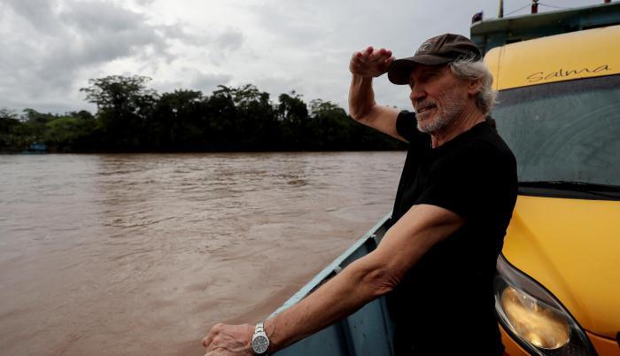 Luego de visitar el pozo el lunes pasado, el exintegrante de la legenderia agrupación de rock Pink Floyd se movilizó por el río Aguarico.