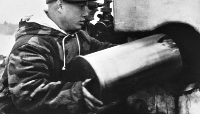Contienda. Artilleros alemanes, en 1944, cargando un cañón.