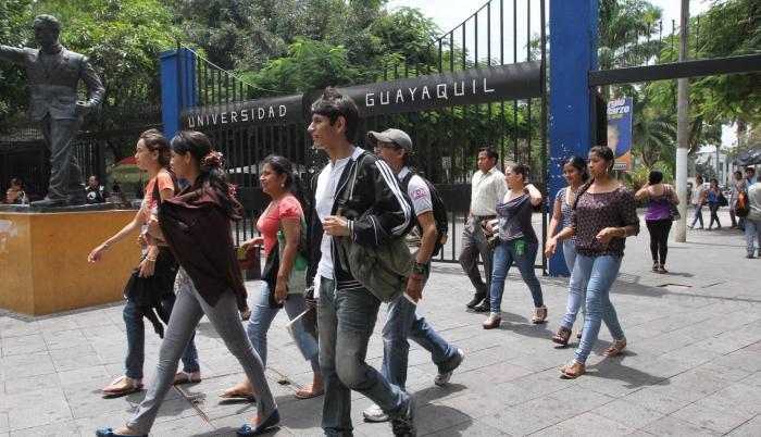 Imagen referencial. Estudiantes en la entrada de la Universidad Estatal de Guayaquil.