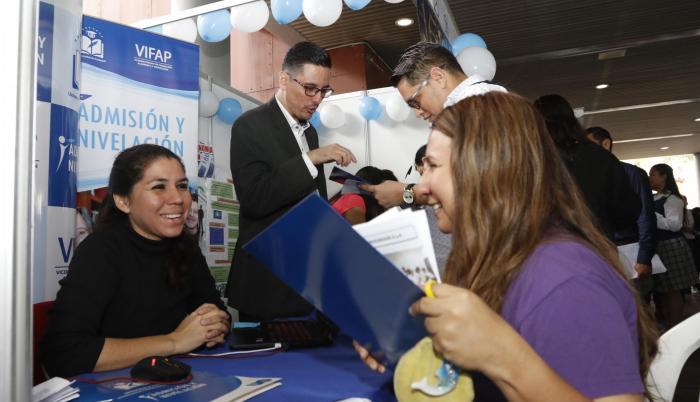 Colegiales de segundo y tercero de bachillerato pudieron conocer las carreras que oferta la Universidad de Guayaquil, durante una feria que se efectuó en la Plaza Rodolfo Baquerizo.