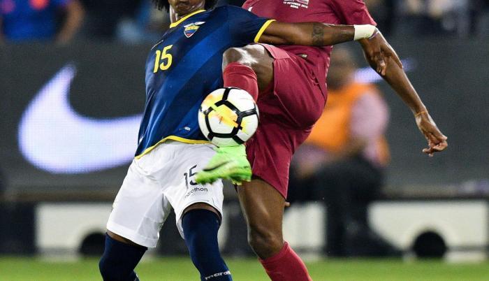 Elección. El Bolillo Gómez apostó por jóvenes como Ángelo Preciado (i) para no interferir con el torneo local.