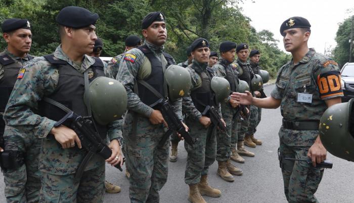 Imagen referencial. Militares en control de armas.