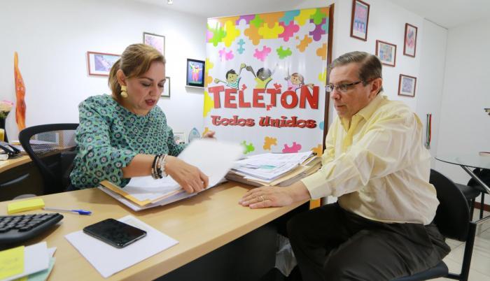 Trabajo. Mónica Peña, coordinadora de la Fundación Teletón, junto a Pascual del Cioppo, director de la entidad.