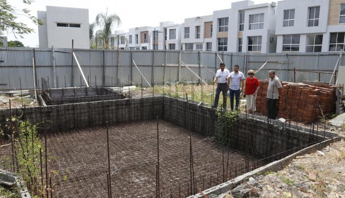 Costa Plaza. Moradores de este conjunto residencial muestran la piscina inconclusa que dejó la constructora. EXPRESO intentó hablar con los responsables de la obra, pero no fue posible.